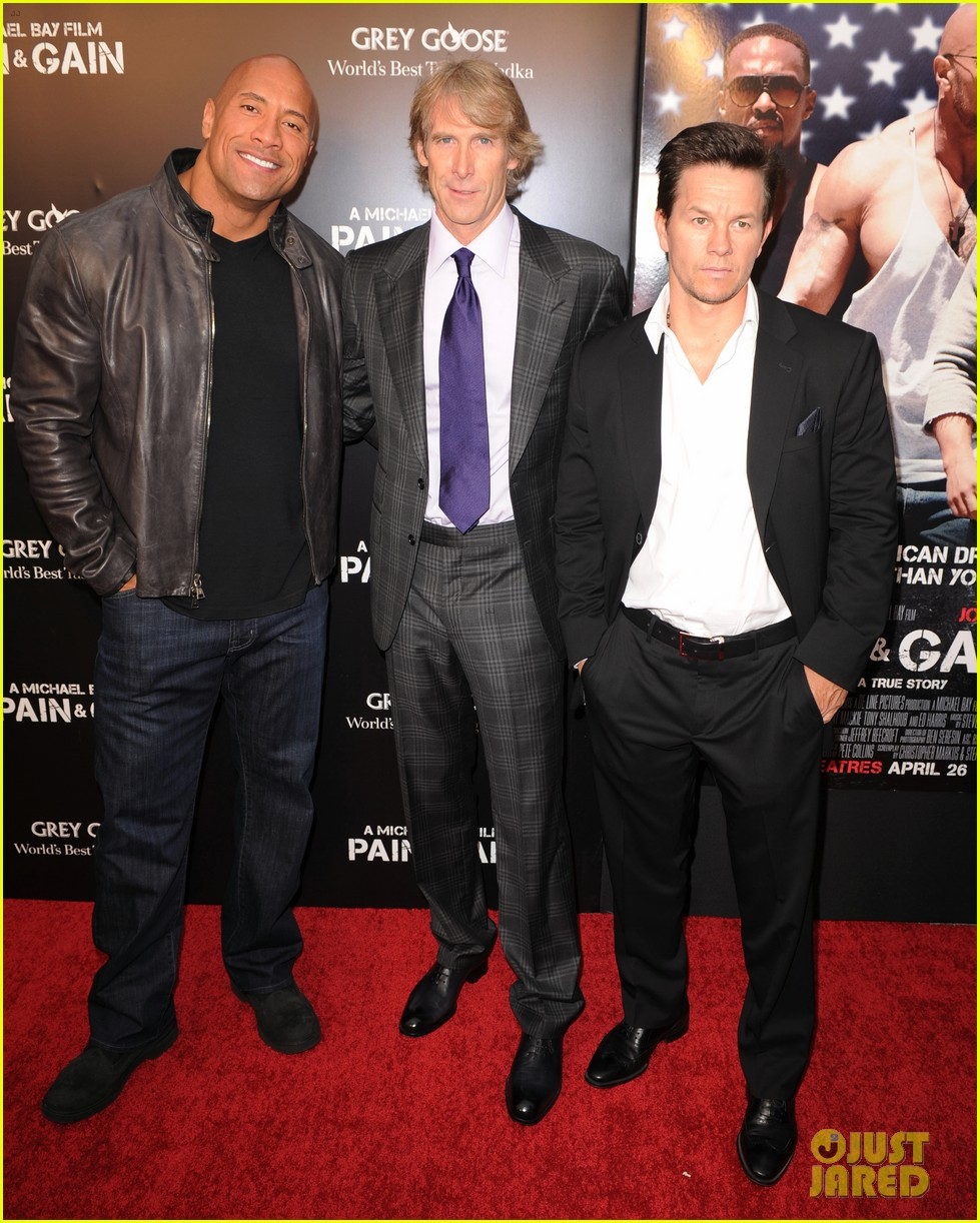 mark wahlberg dwayne johnson pain gain premiere 02