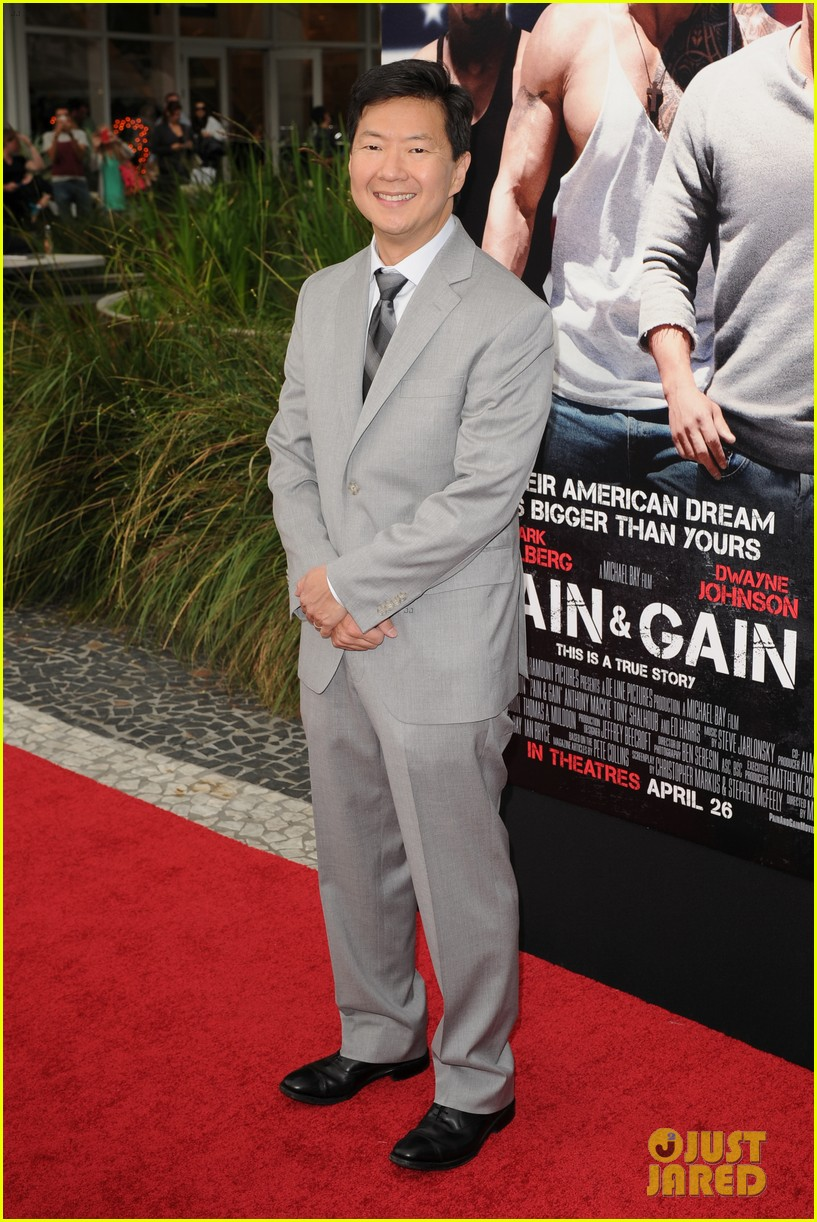 mark wahlberg dwayne johnson pain gain premiere 062848090
