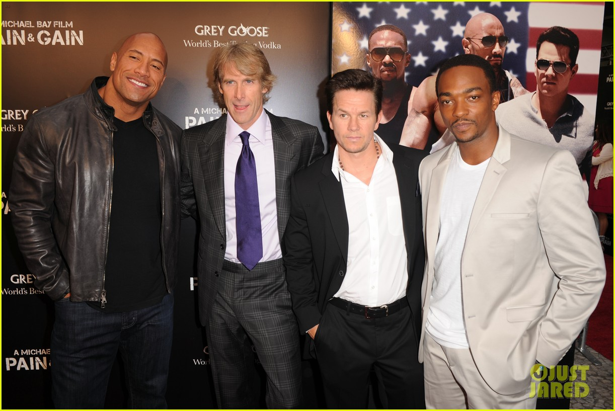 mark wahlberg dwayne johnson pain gain premiere 082848092