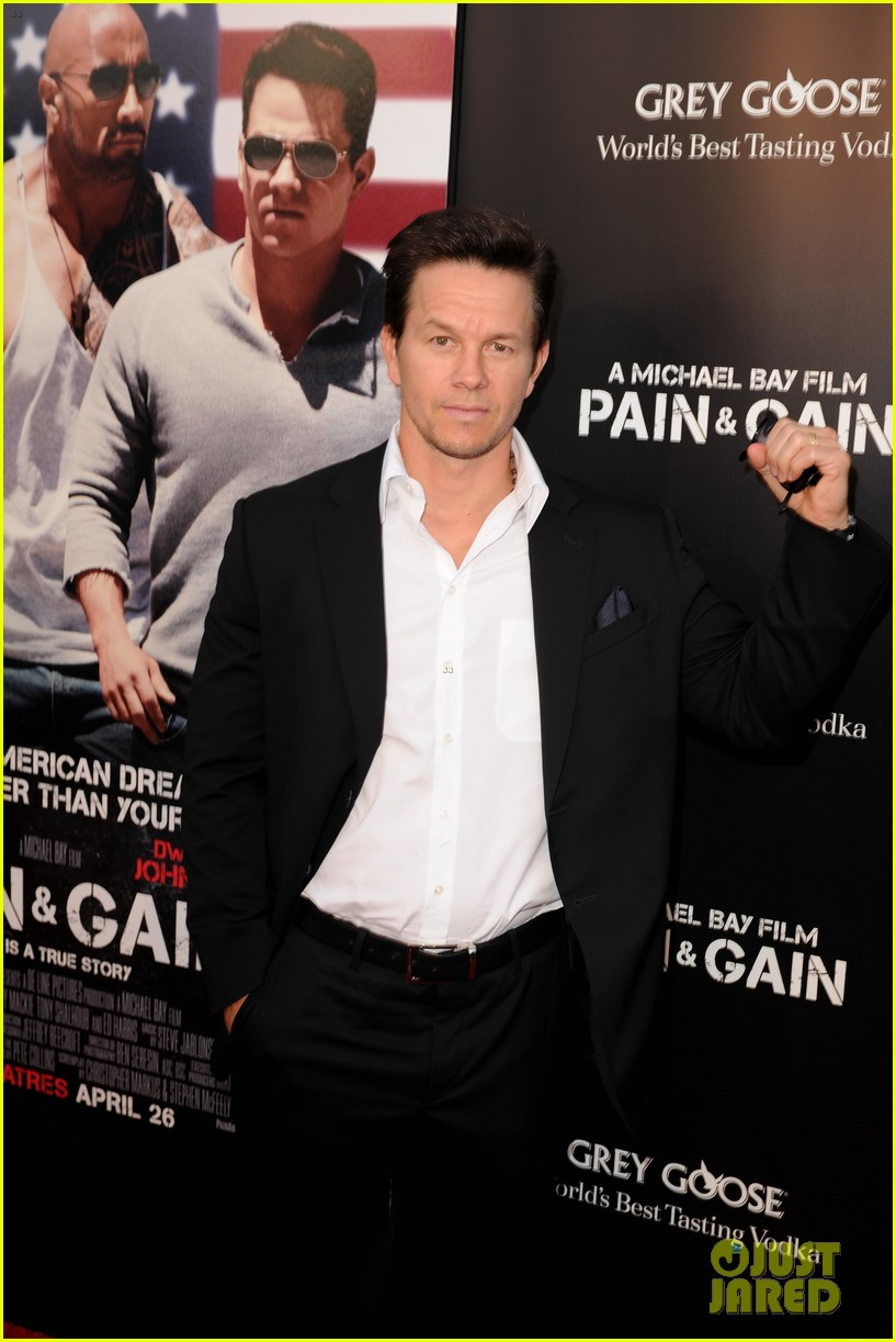 mark wahlberg dwayne johnson pain gain premiere 242848108