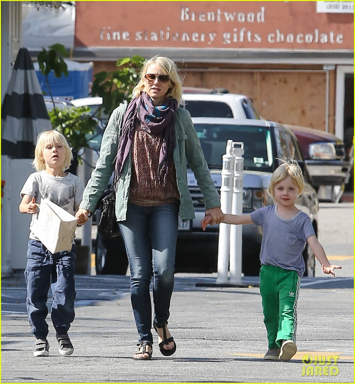 naomi watts shopping with sasha samuel 01
