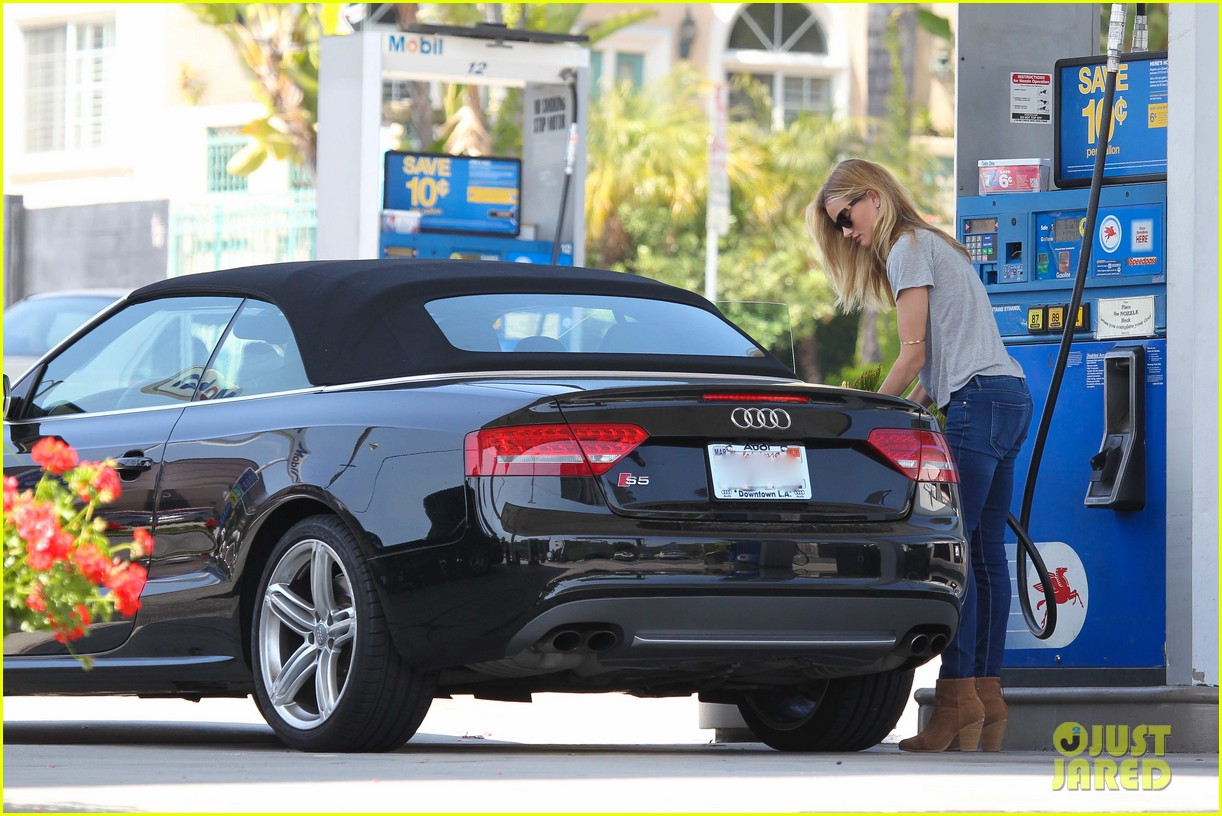 rosie huntington whiteley gas station stop 052842534