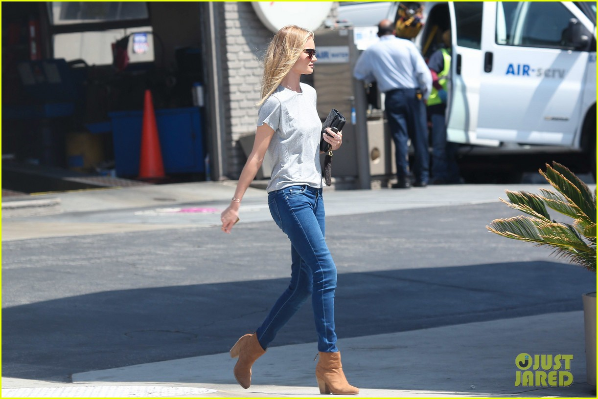 rosie huntington whiteley gas station stop 112842540