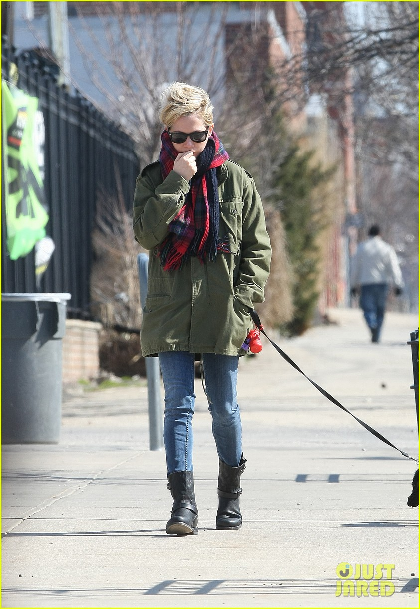 michelle williams sunday stroll with lucky 032845344