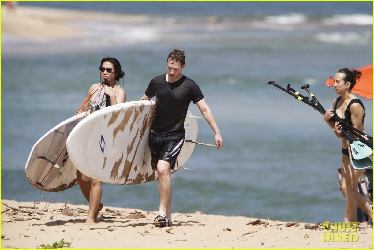 mark zuckerberg priscilla chan surfing in hawaii 03