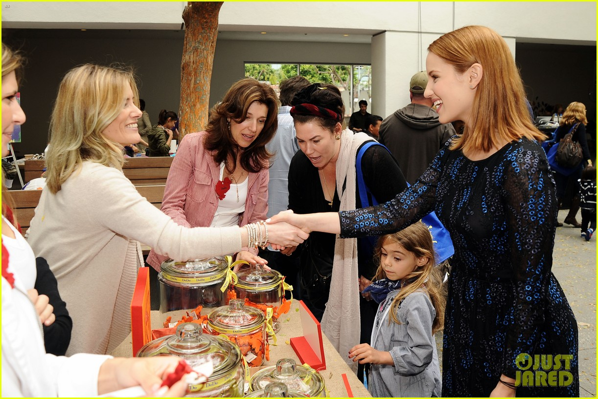 dianna agron jodie foster kids art museum project pals 07