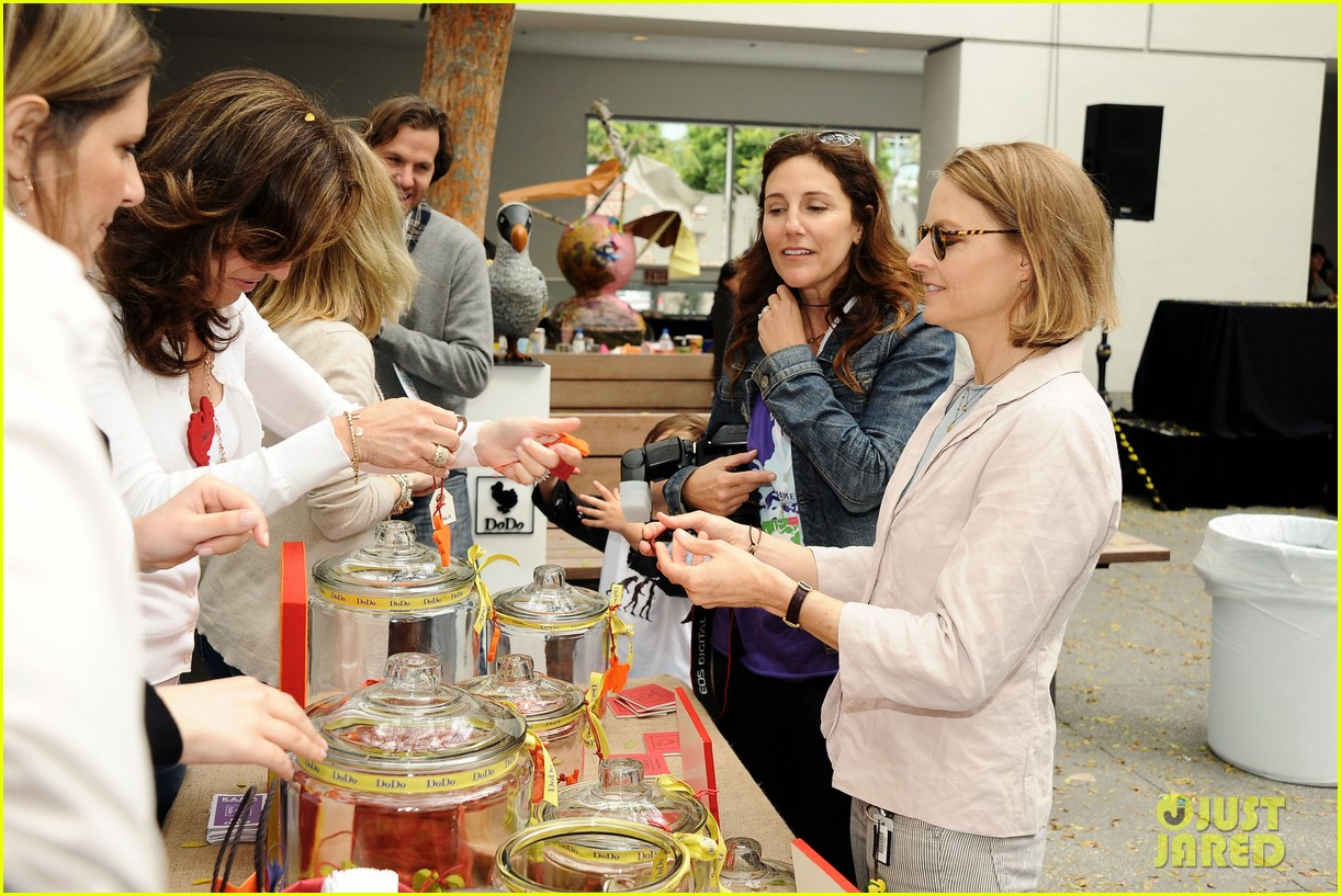 dianna agron jodie foster kids art museum project pals 092865032