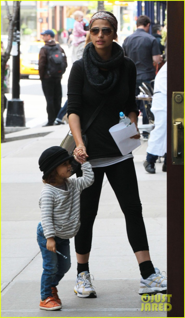 camila alves mothers day with vida 05