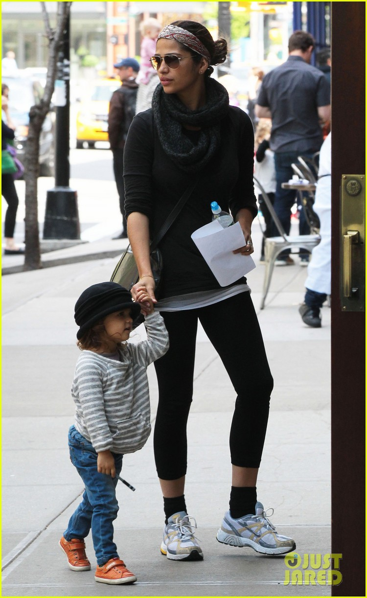 camila alves mothers day with vida 102869403