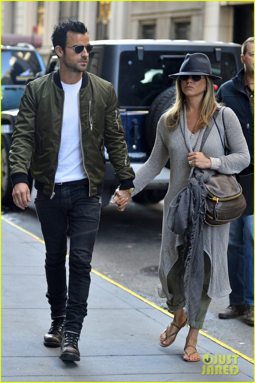 jennifer aniston justin theroux hold hands while shopping 01
