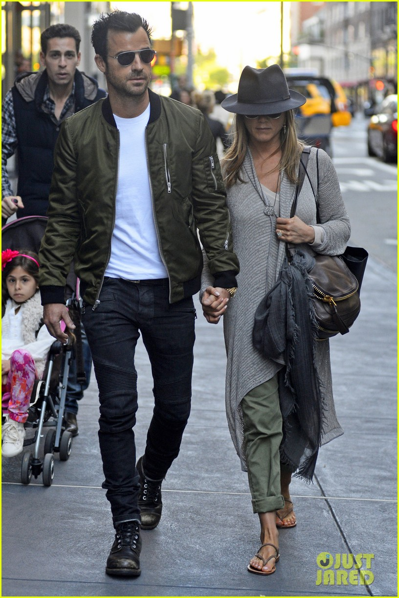 jennifer aniston justin theroux hold hands while shopping 052869392
