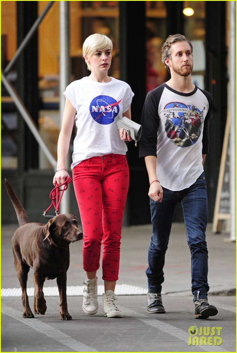 anne hathaway adam shulman rainy brooklyn dog walk 032873474