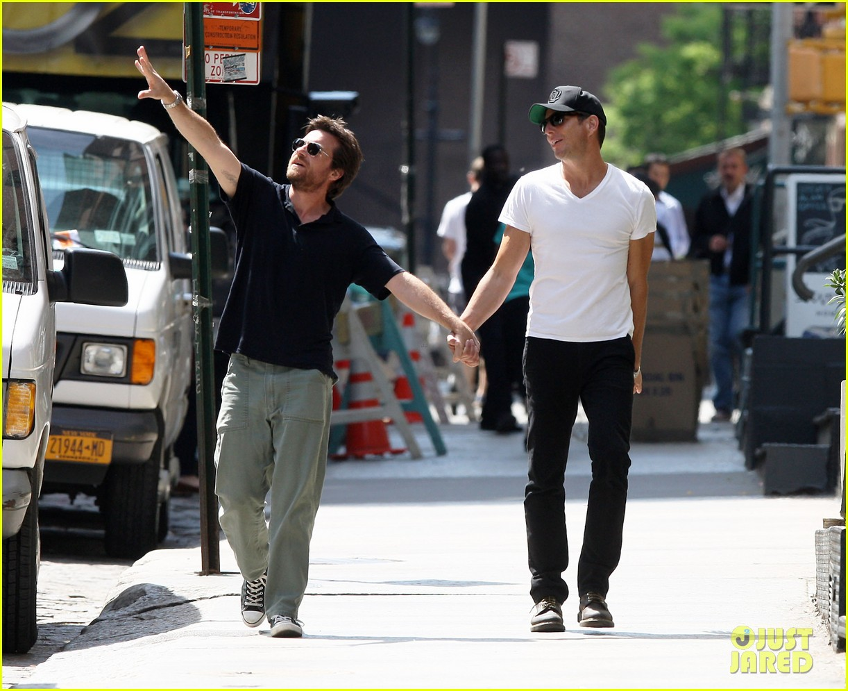 will arnett jason bateman hold hands check out city sights 01