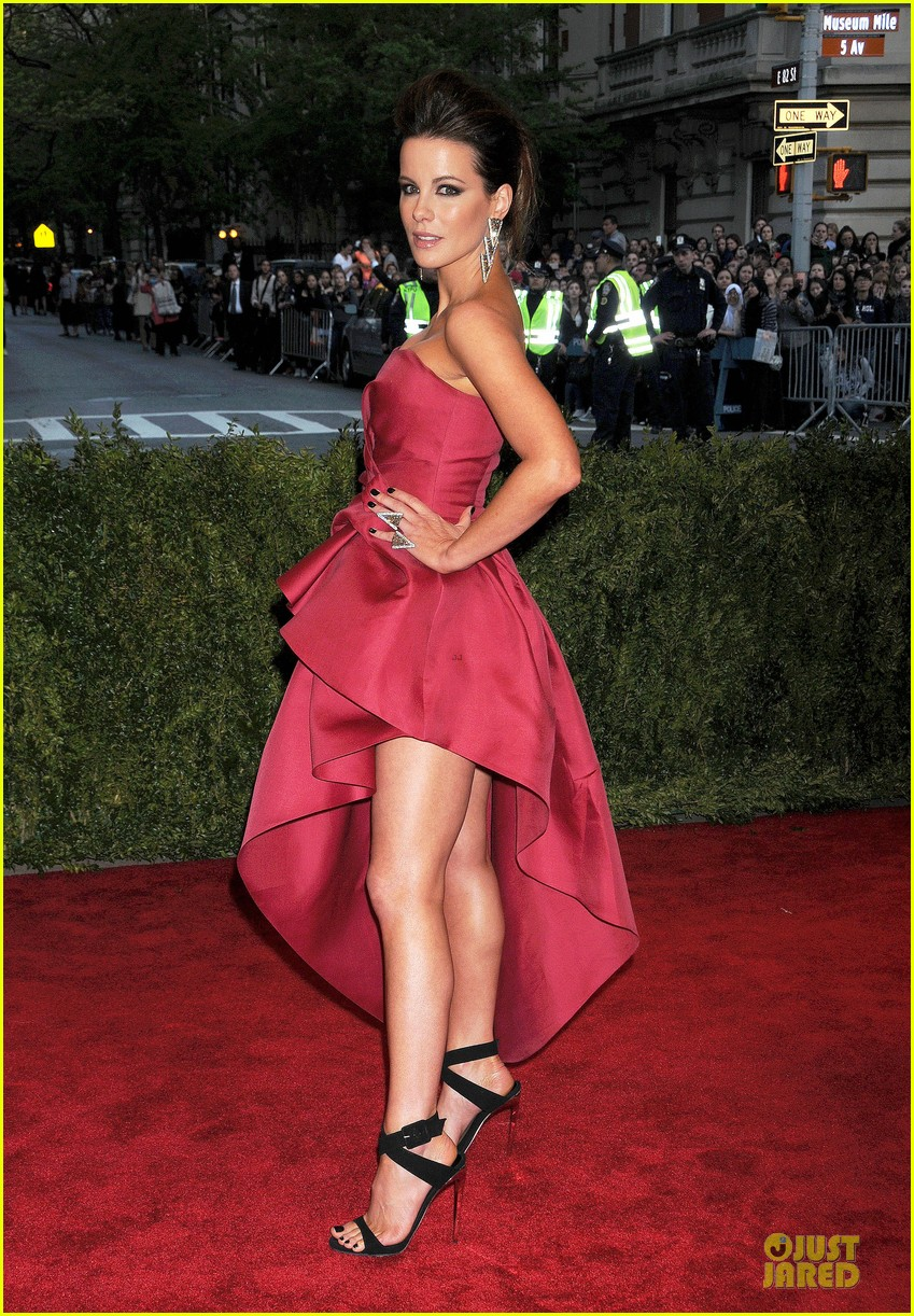 kate beckinsale met ball 2013 red carpet 032865357