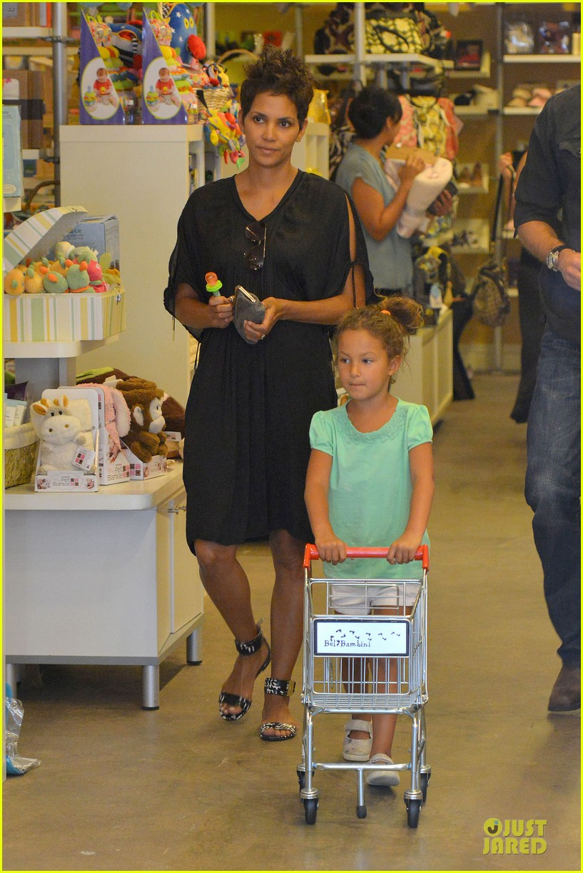 halle berry bel bambini shopping with nahla 01
