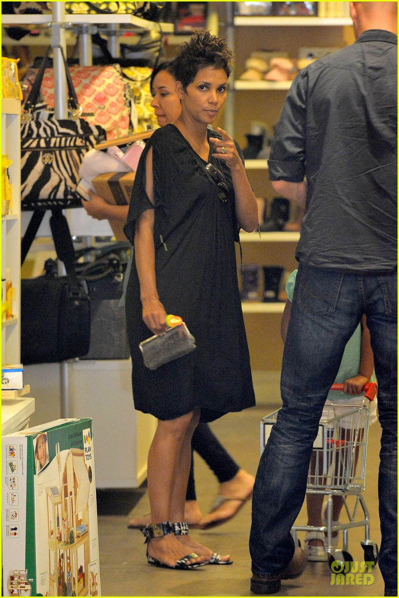 halle berry bel bambini shopping with nahla 172875053