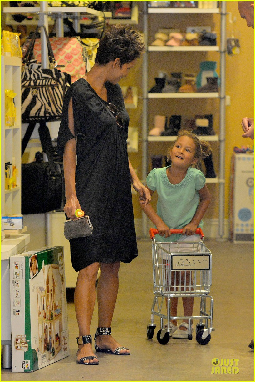 halle berry bel bambini shopping with nahla 222875058