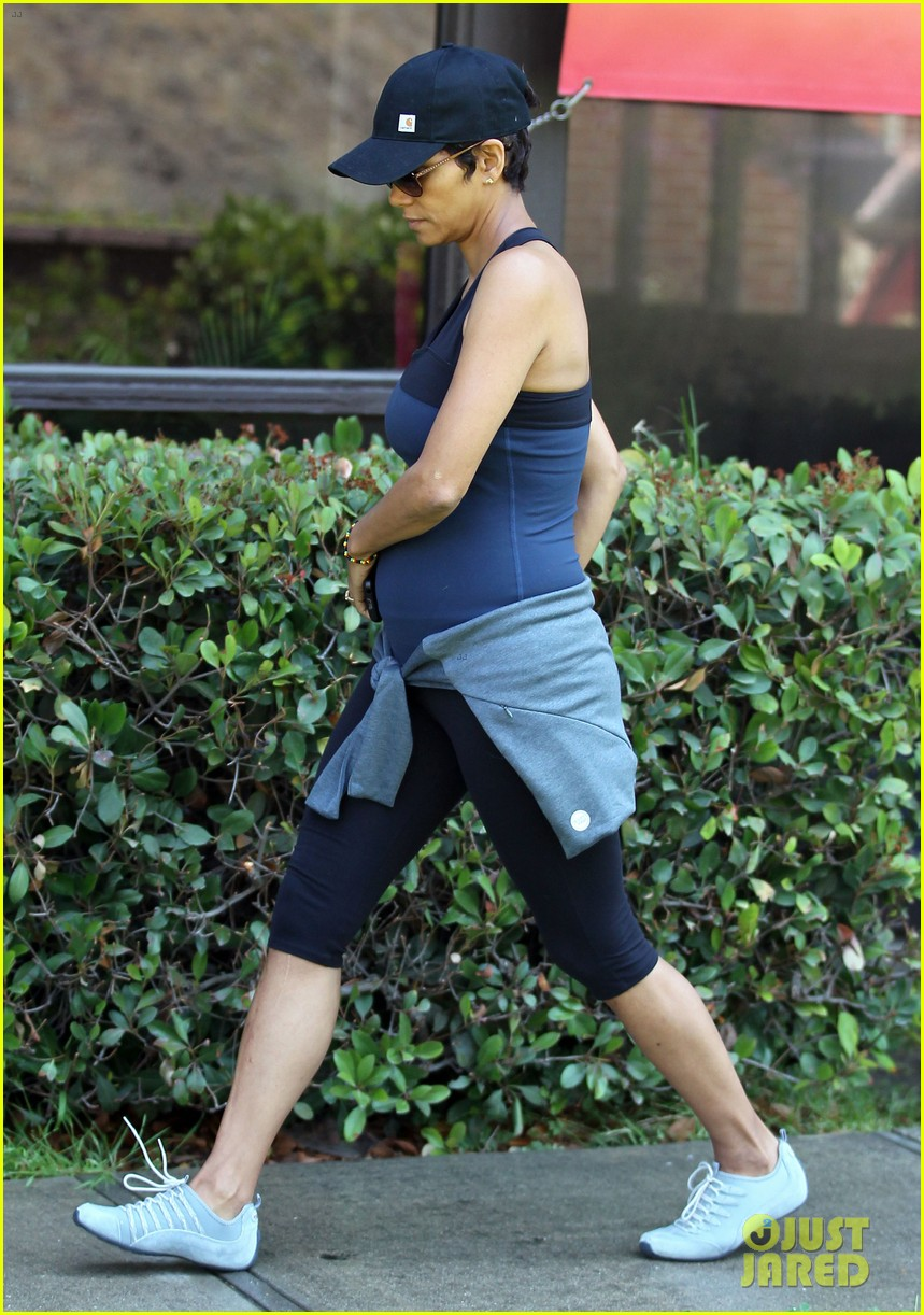 halle berry pregnant baby bump in workout clothes 012868120