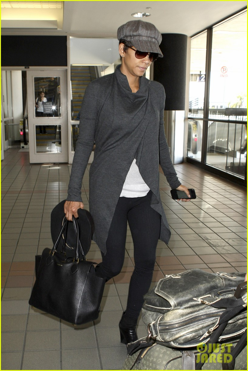 halle berry baby bump cover up at lax 012862532