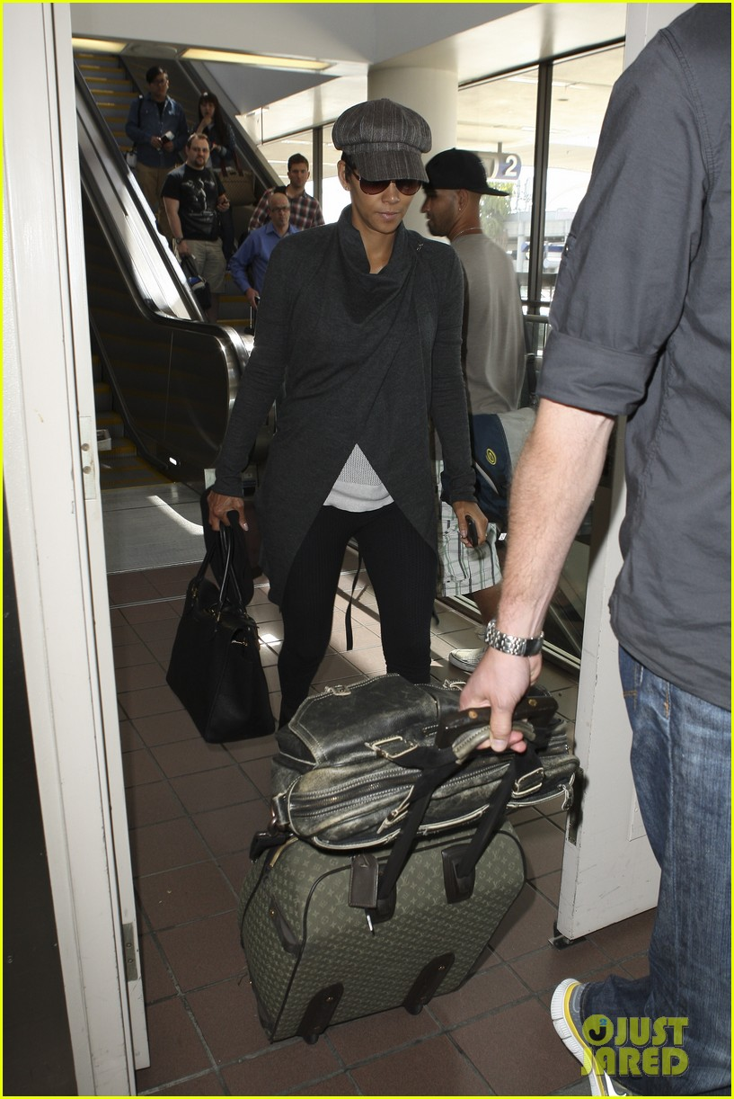 halle berry baby bump cover up at lax 03