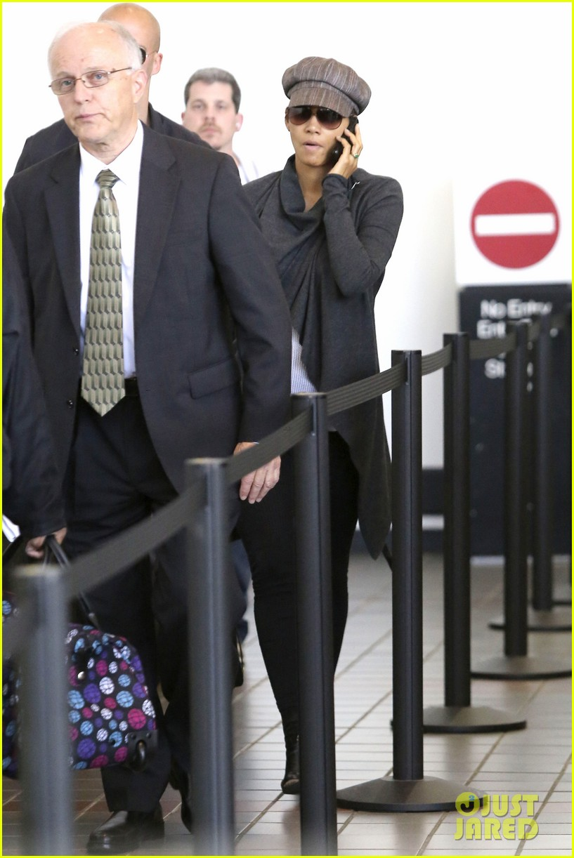 halle berry baby bump cover up at lax 082862539
