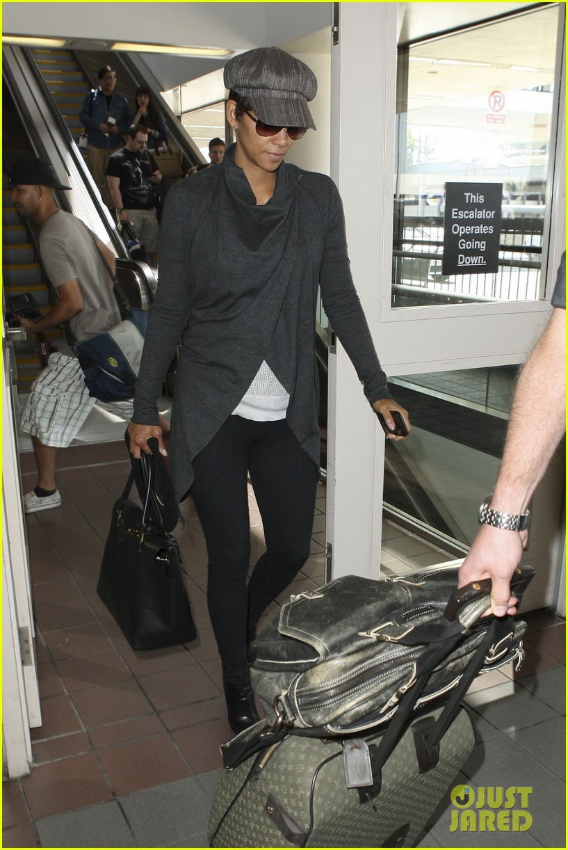 halle berry baby bump cover up at lax 092862540