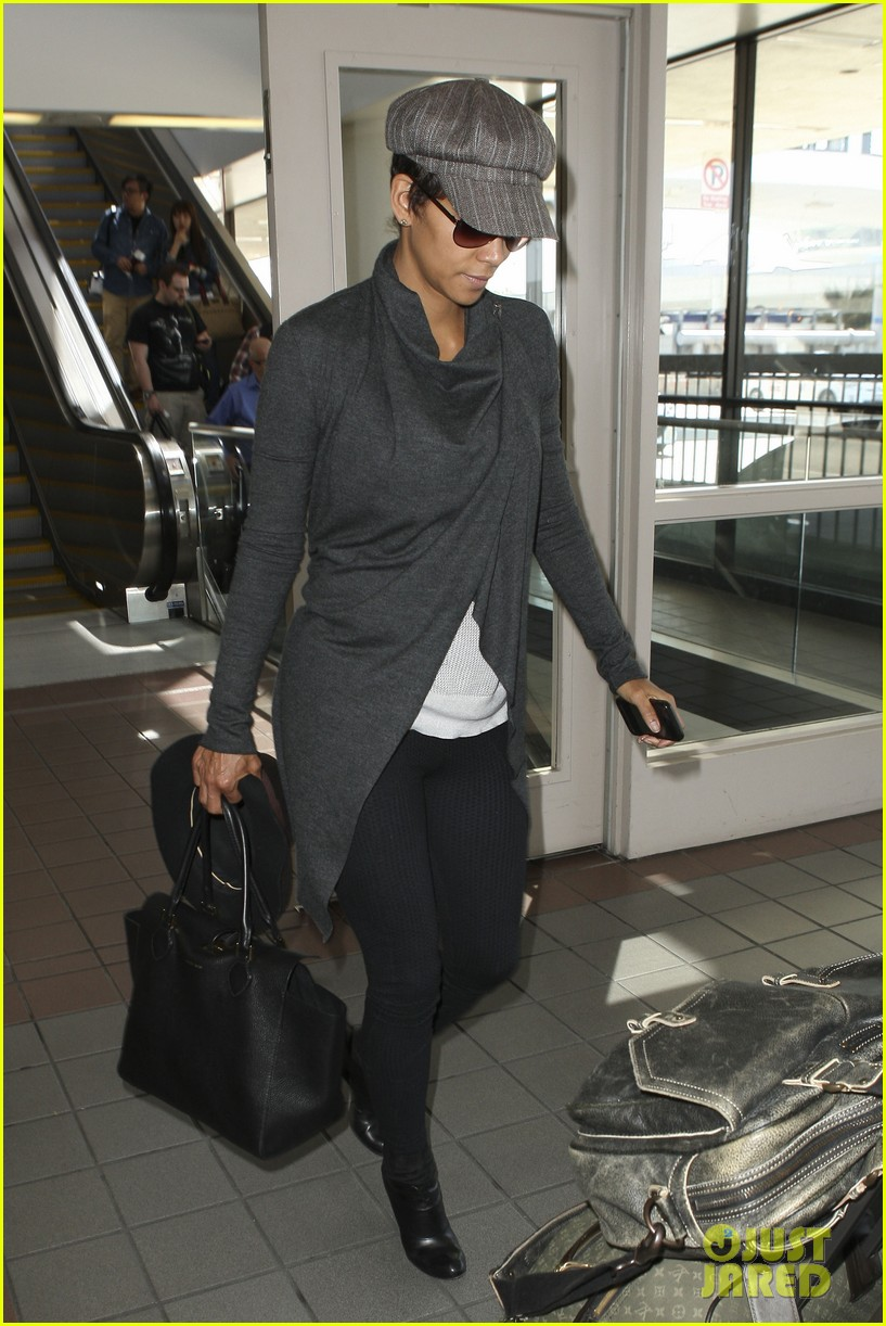 halle berry baby bump cover up at lax 122862543