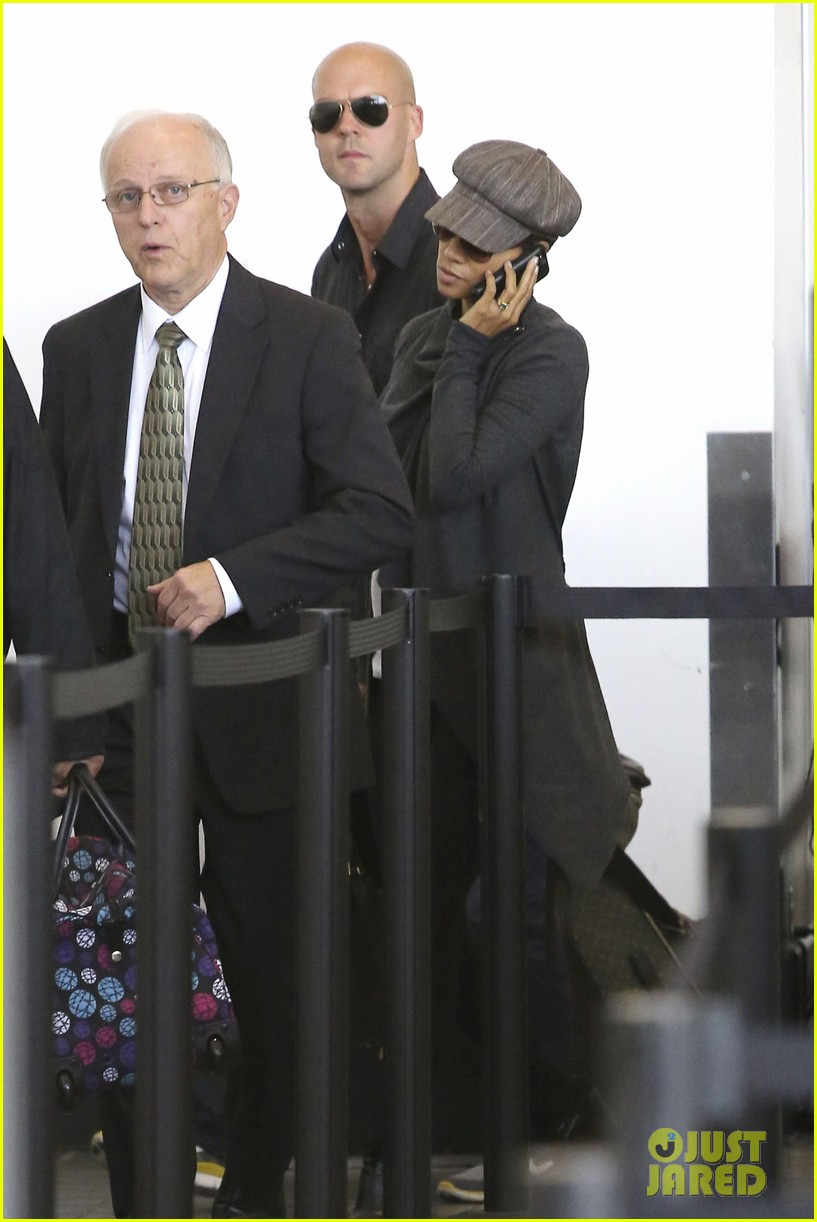 halle berry baby bump cover up at lax 142862545