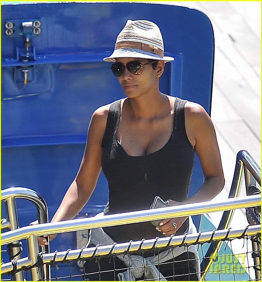 pregnant halle berry disneyland weekend trip with nahla 022878765