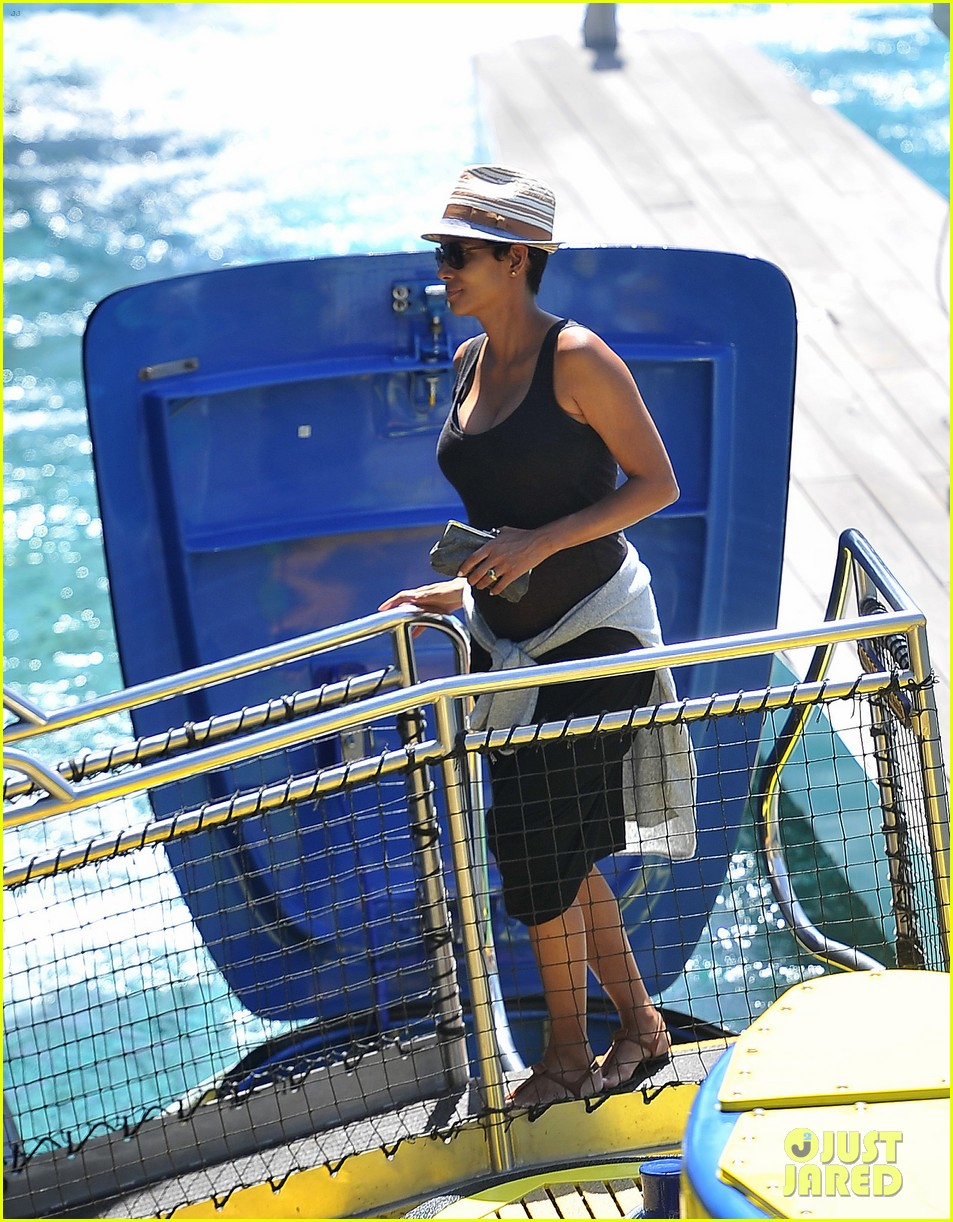 pregnant halle berry disneyland weekend trip with nahla 052878768