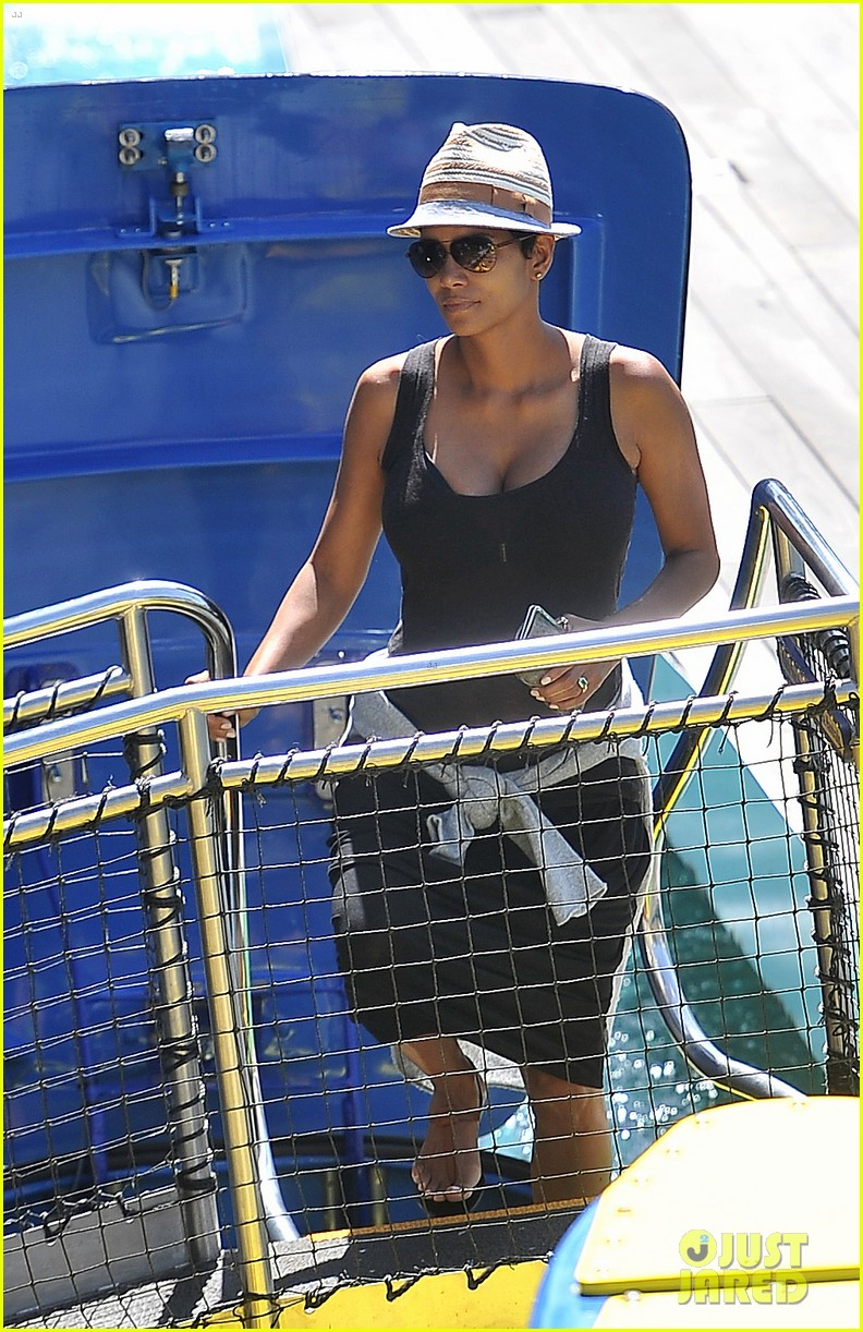 pregnant halle berry disneyland weekend trip with nahla 072878770