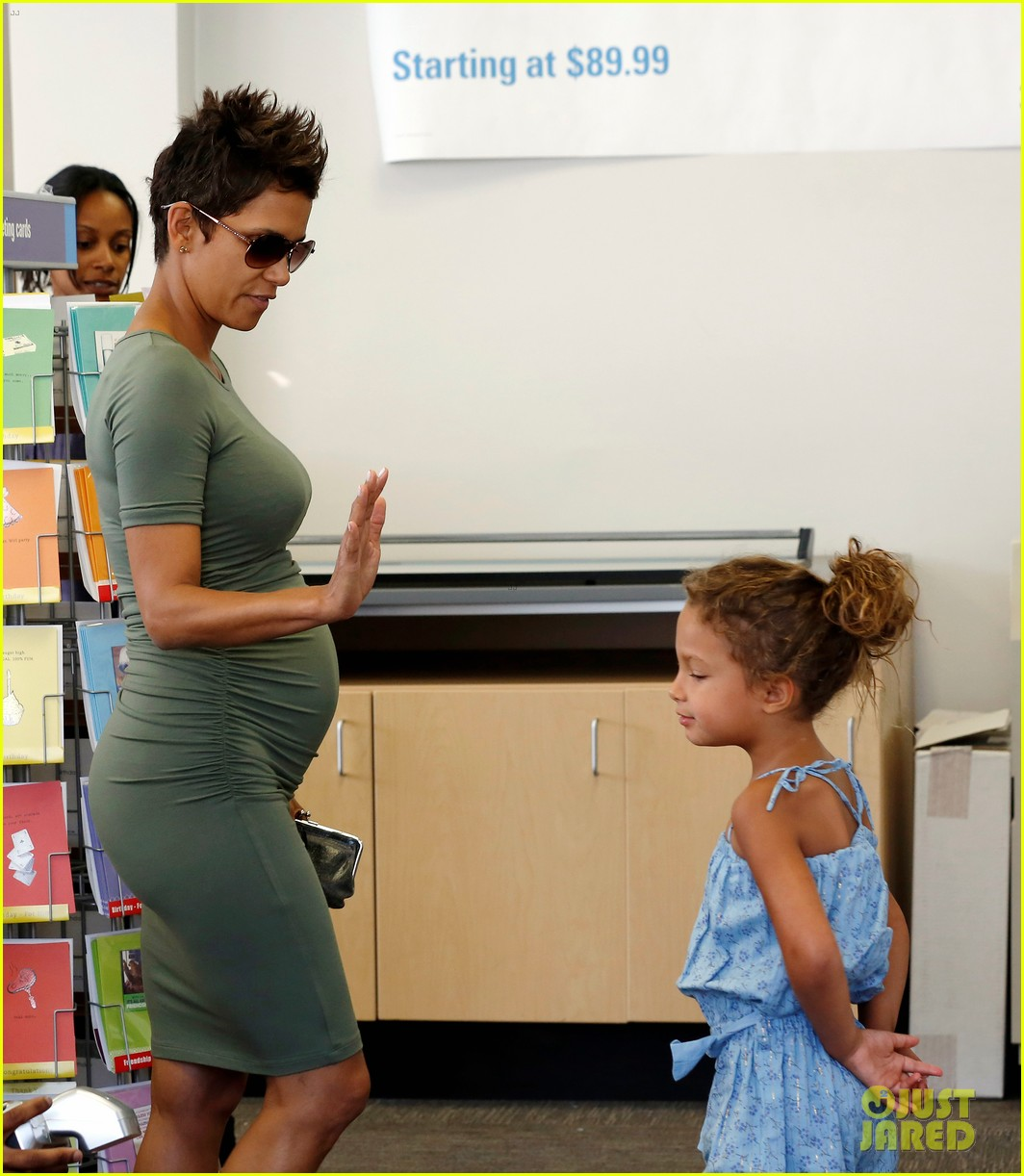 halle berry high fives nahla after olivier martinez date 042877644