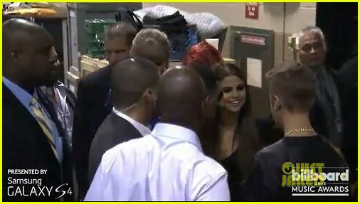 selena gomez justin bieber kiss backstage at billboard music awards 2013 012874309