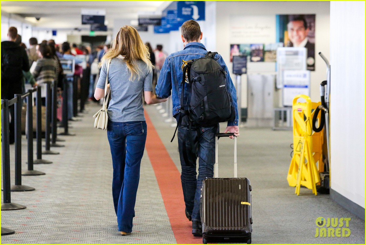 kate bosworth michael polish hold hands before flight 032862450