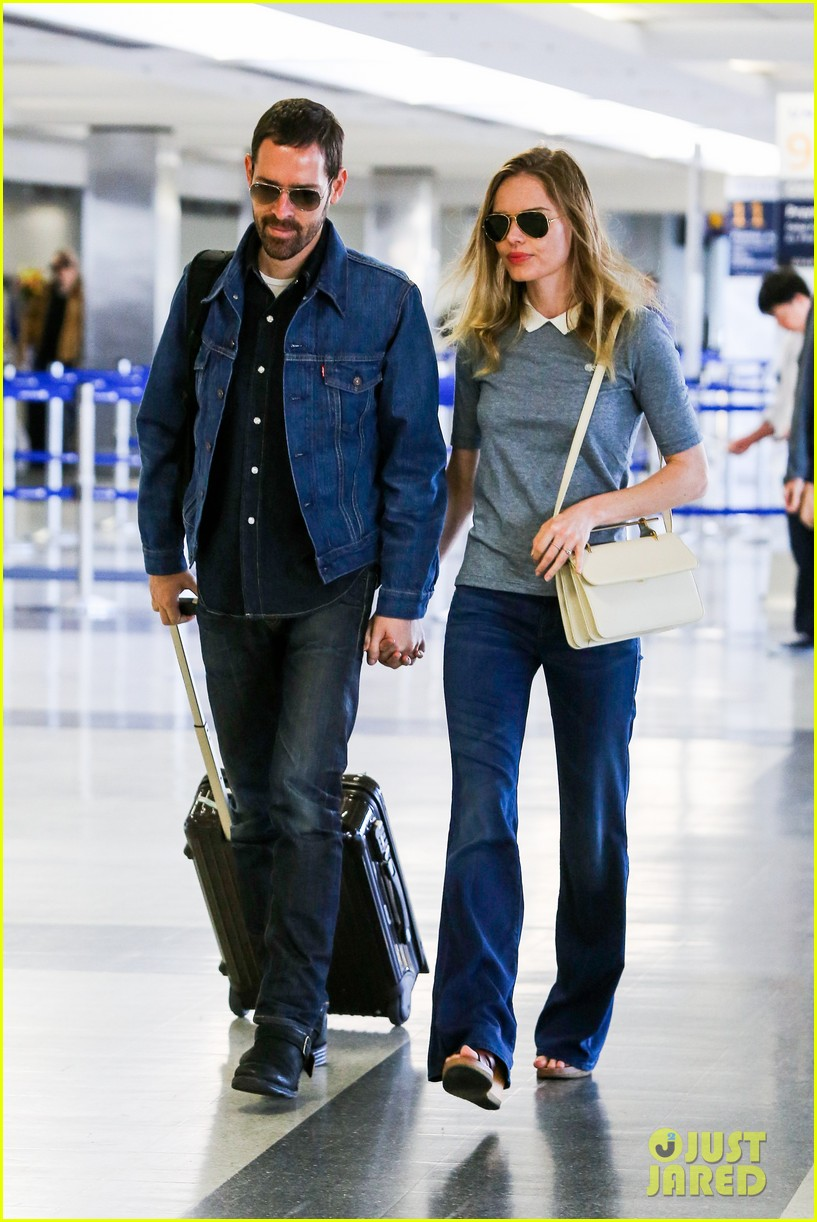 kate bosworth michael polish hold hands before flight 062862453