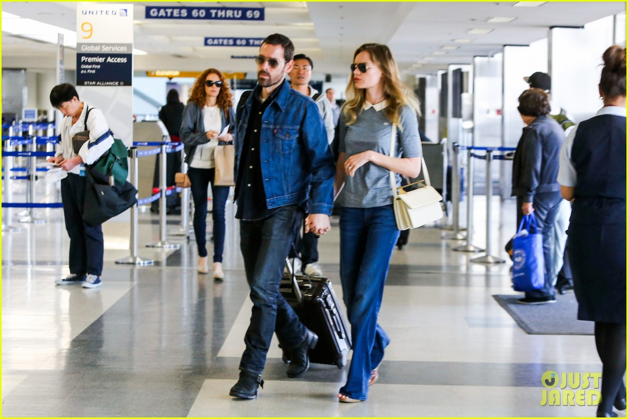 kate bosworth michael polish hold hands before flight 102862457