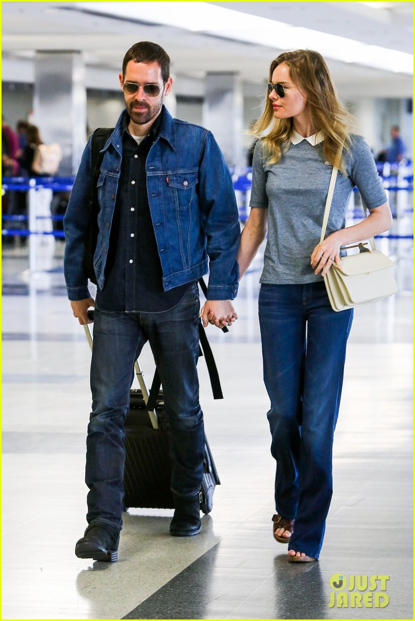 kate bosworth michael polish hold hands before flight 112862458