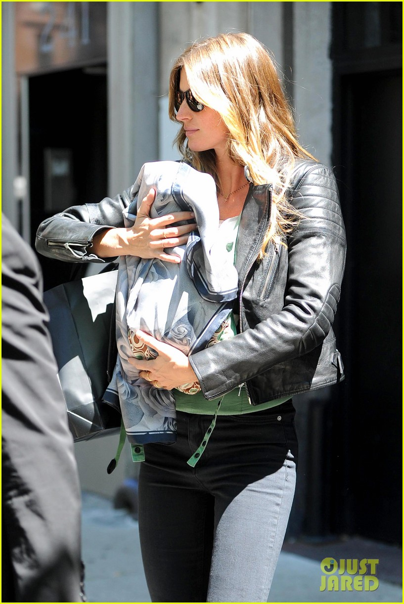 gisele bundchen cradles baby vivian in nyc 022863024