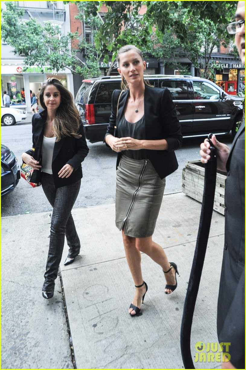 gisele bundchen blk dnm ad viewing with sister gabriela 032877433
