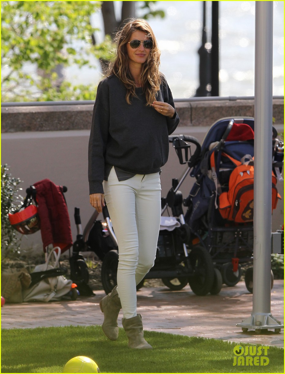 gisele bundchen plays with kids tom brady derby dude 092863802