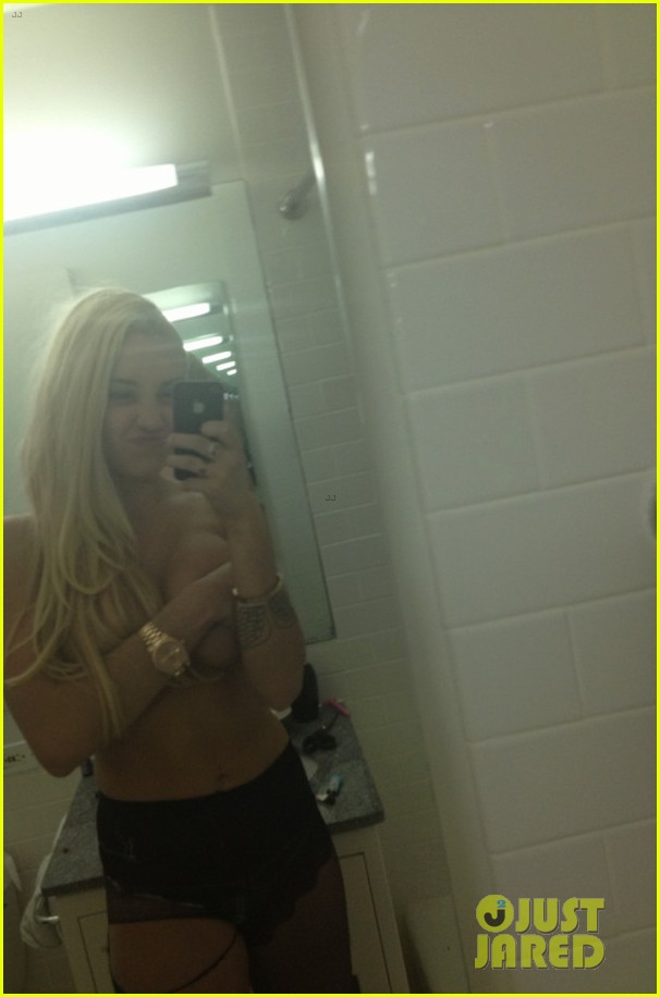 amanda bynes topless holding boobs in new twitpic2862127