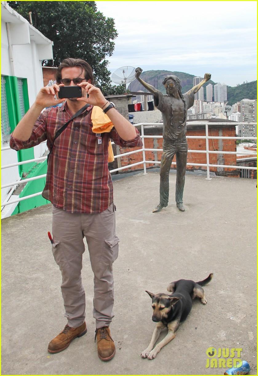 bradley cooper visits santa marta favela with ed helms 012880833