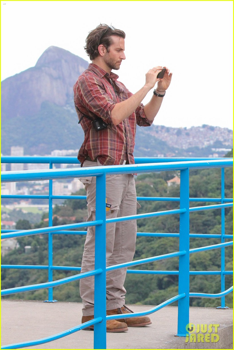 bradley cooper visits santa marta favela with ed helms 052880837