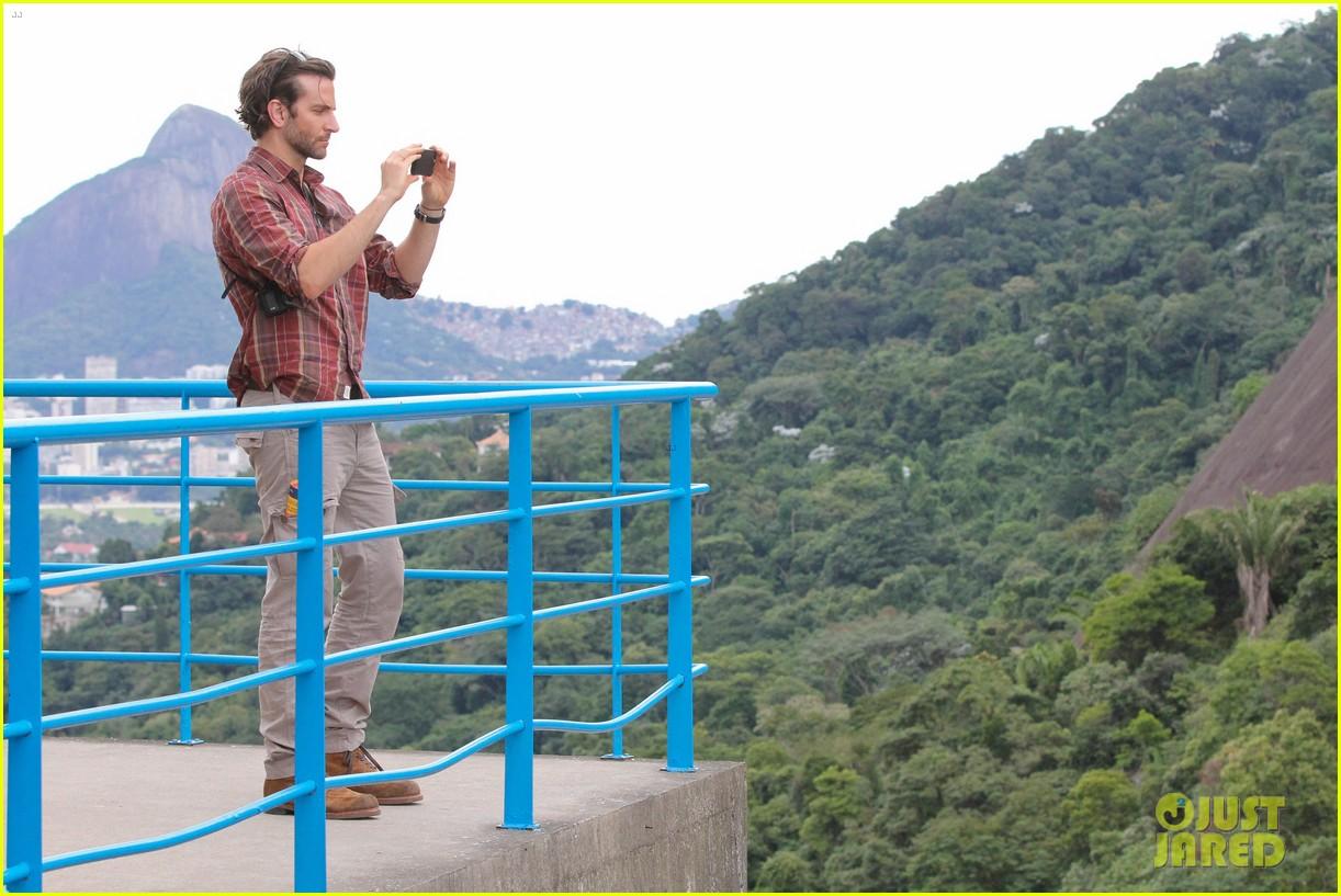 bradley cooper visits santa marta favela with ed helms 062880838