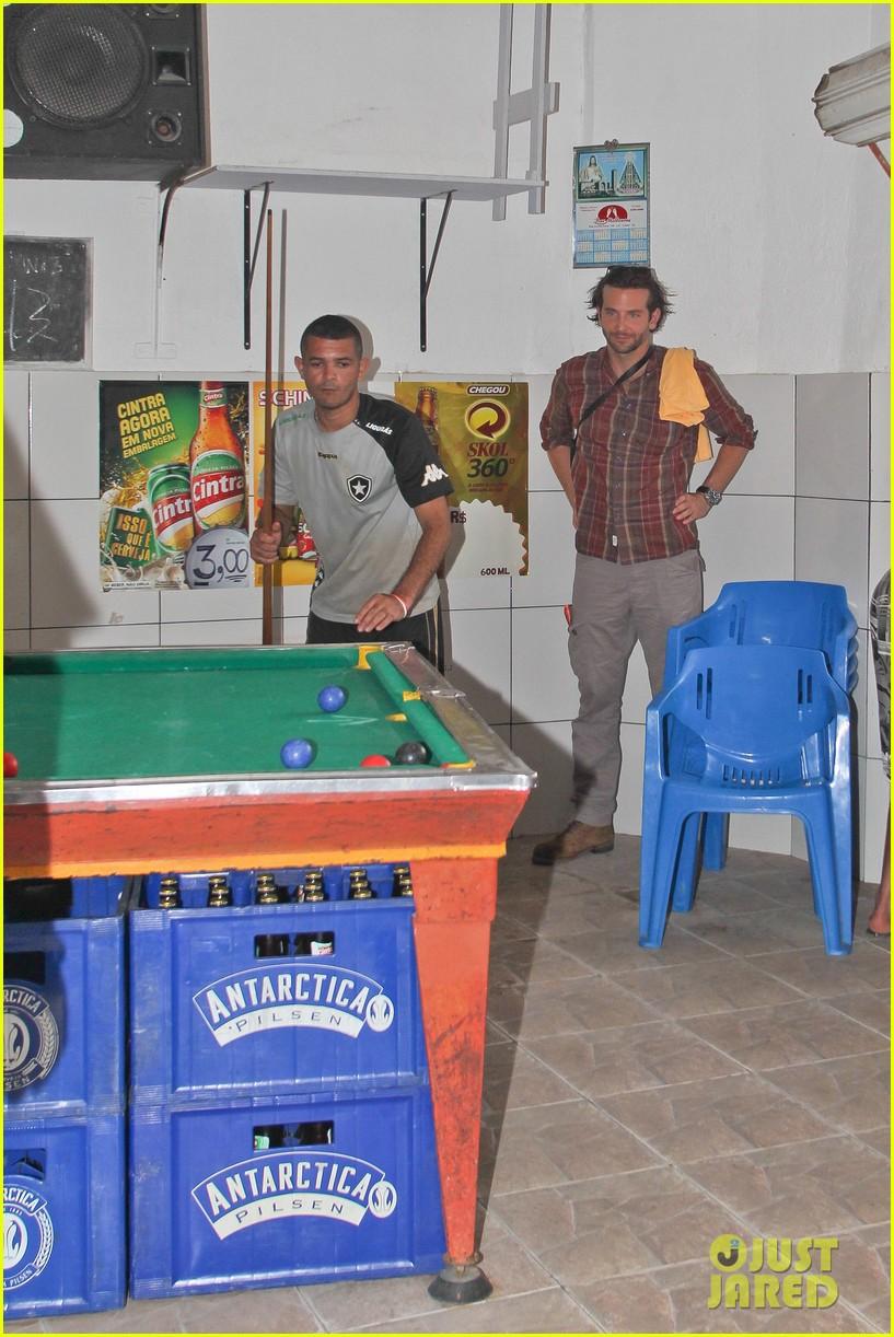 bradley cooper visits santa marta favela with ed helms 092880841