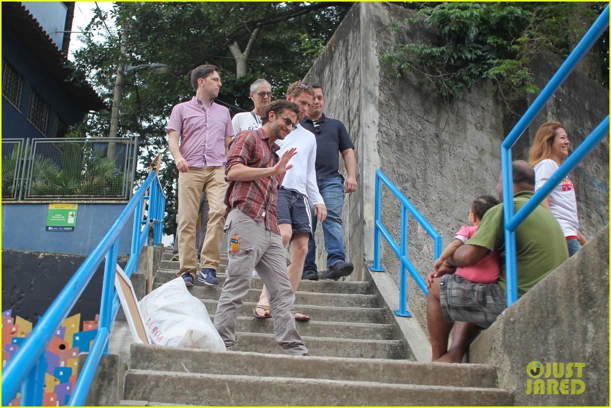 bradley cooper visits santa marta favela with ed helms 14