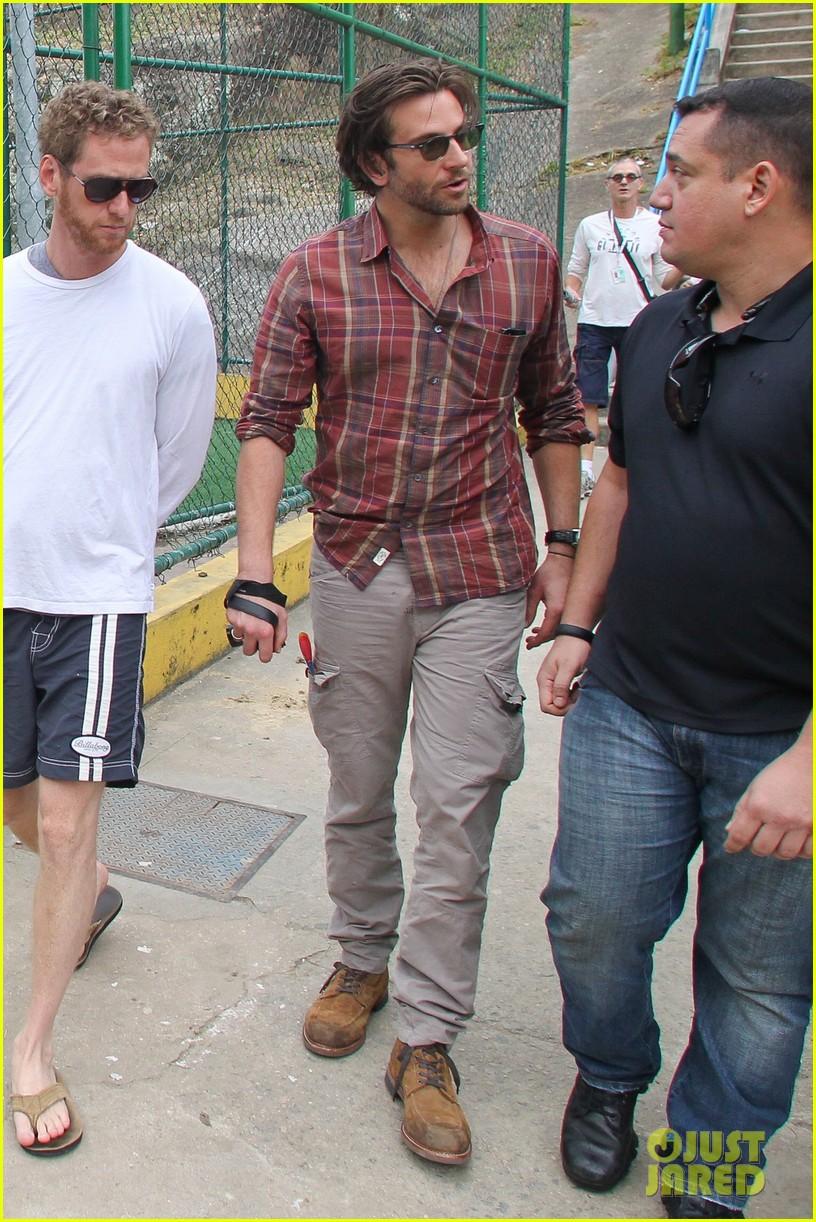 bradley cooper visits santa marta favela with ed helms 16