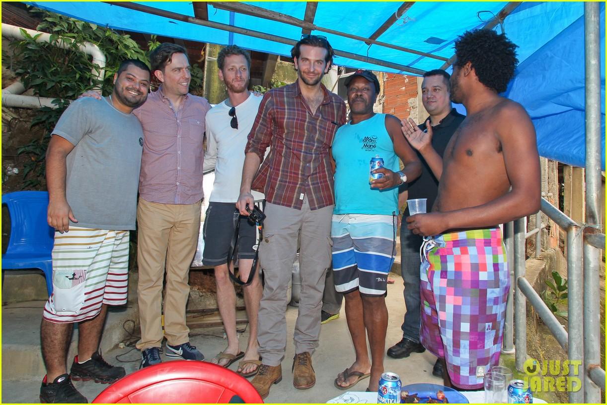 bradley cooper visits santa marta favela with ed helms 26