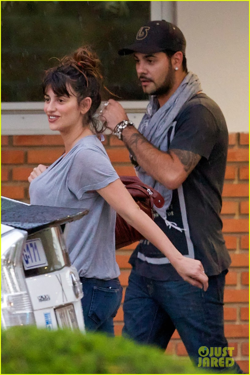 penelope cruz shows large baby bump with family 022871108