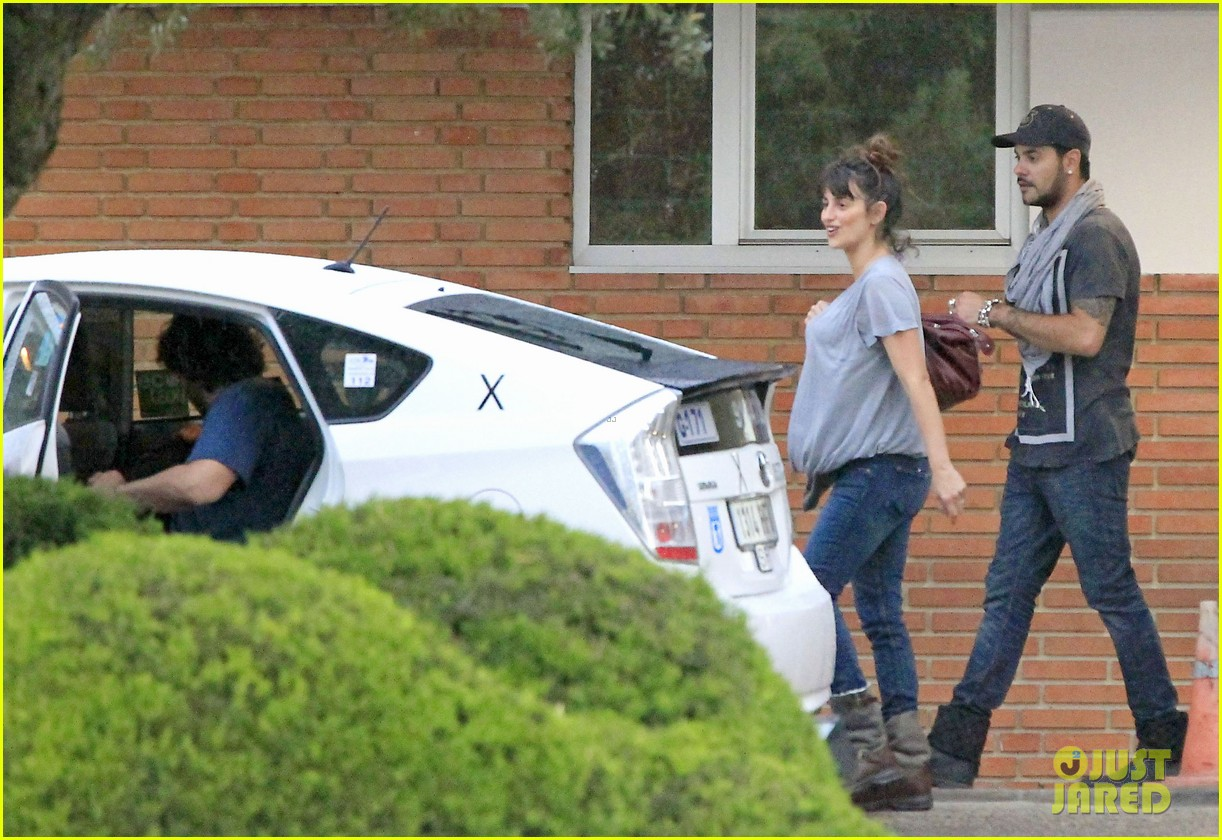penelope cruz shows large baby bump with family 072871113